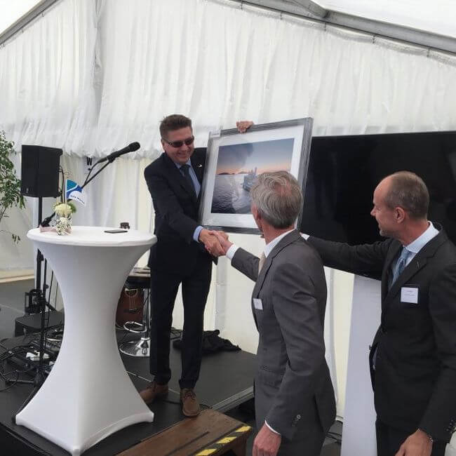 managing-director-Kristian-Saetre-at-Ulstein-Verft-presenting-a-photo-of-the-vessel-to-Acta-marine