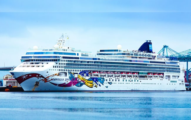 Cruise-ships-without-passengers-dock-at-los-angeles