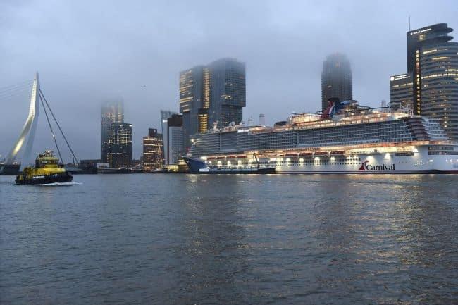 Rotterdam 23 december 2020 Eerste LNG-cruiseschip Mardi Grass bunkert in Rotterdam, bunkerschip LNG London